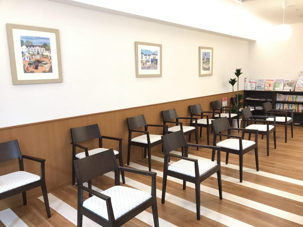 コロナ感染予防のため、待合室の椅子の並べ方を変えました